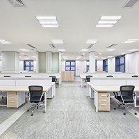 LED paneelit tyhjässä toimistossa