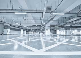 LED-loistelamppuvalaisin pysäköintihallissa