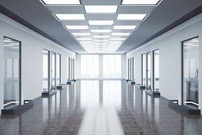 LED-paneelit tyhjässä toimistossa